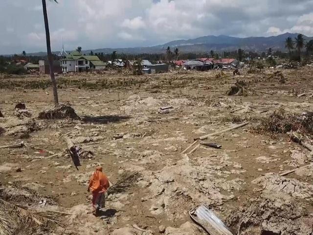 Nơi Surianti từng gọi là nhà, giờ chỉ là một bãi đất tiêu điều với hàng trăm thi thể người kẹt lại phía dưới. (Ảnh: Sky News)