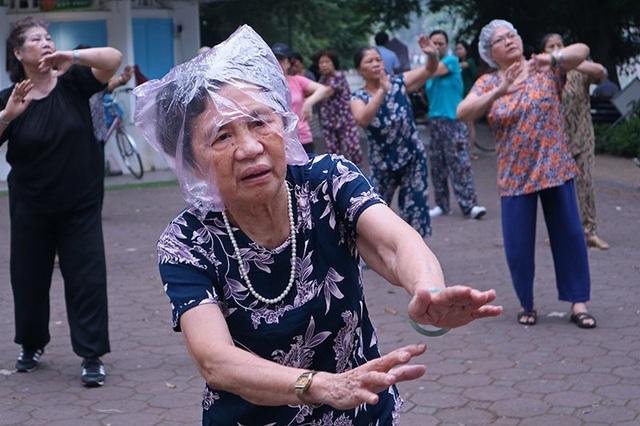 Không kể những người buộc phải dậy sớm vì mưu sinh, những người dậy sớm nhất với những bài tập thể dục dưỡng sinh, rèn sức khỏe đa phần là người cao tuổi. Bất kể thời tiết, các cụ rất chăm chỉ luyện tập.