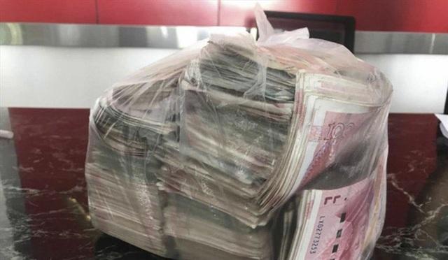 Người quét rác trả lại 22.000 USD nhặt được, từ chối nhận thưởng 1 năm tiền lương - 1