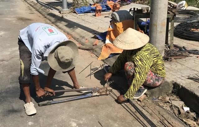 Nữ phụ hồ làm luôn công việc móc sắt như nam giới