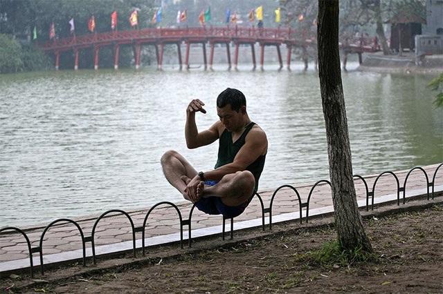 Người đàn ông tập dưỡng sinh bên Hồ Gươm.