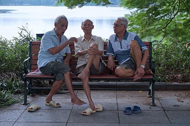 Các cụ ông hào hứng chuyện trò buổi sớm bên Hồ Gươm sau mấy vòng đi bộ dưỡng sinh.