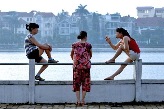Các bà, các chị buôn chuyện buổi sớm bên Hồ Tây.