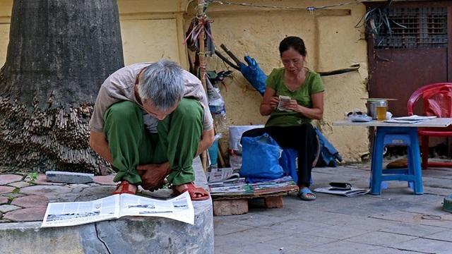 Nhiều người già ở Hà Nội vẫn giữ thói quen cập nhật tin tức từ báo in vào mỗi buổi sáng.