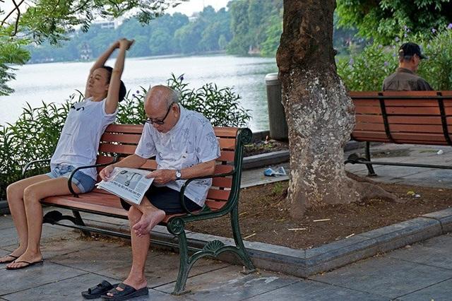 Bắt đầu ngày mới với những tin tức trên tờ báo in dù không còn nóng hổi như những trang báo mạng cập nhật tin tức từng giờ, từng phút.