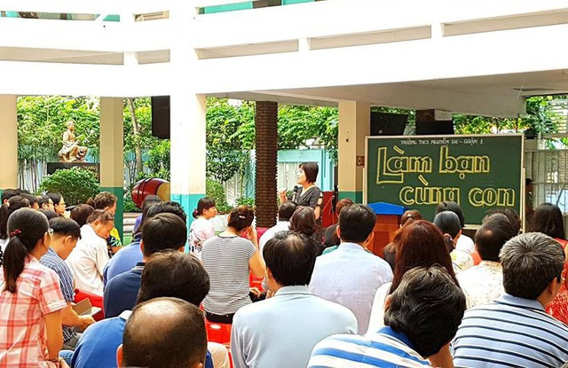 Họp phụ huynh tại Trường THCS Nguyễn Du, Q.1, TPHCM được thiết kế thành một buổi chuyên đề tư vấn Làm bạn cùng con