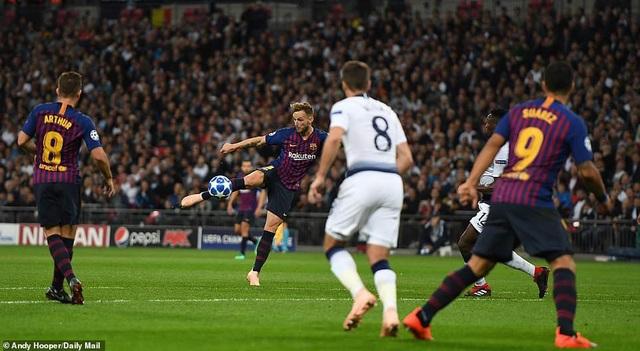 Tottenham 2-4 Barcelona: Messi rực sáng - 9