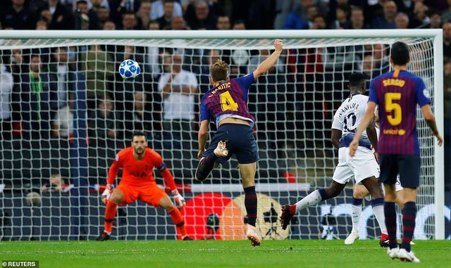 Tottenham 2-4 Barcelona: Messi rực sáng - 8