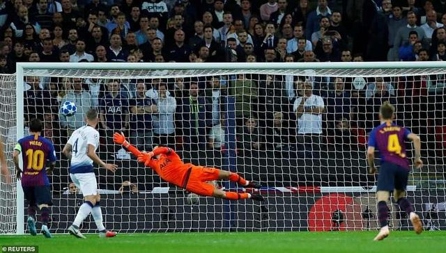 Cú đá của Rakitic khiến thủ môn Lloris đành bó tay