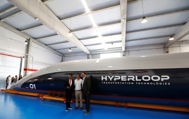 Giám đốc điều hành HTT Dirk Ahlborn (phải), Chủ tịch Rafael Contreras (giữa) và Chủ tịch Bibop Gresta chụp ảnh trước tàu siêu tốc Hyperloop. Ảnh: Reuters.