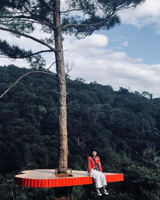 """Mới đây, hình ảnh """"cây thông cô đơn"""" với trái tim lơ lửng giữa trời ở Đà Lạt trở thành điểm check-in gây """"sốt"""" cho những người yêu thích xê dịch."""
