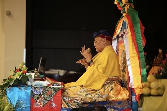 Đức Gyalwang Drukpa thực hiện các nghi thức, chủ trì đại lễ tại Saint Petersburg (Ảnh: Đ.H)