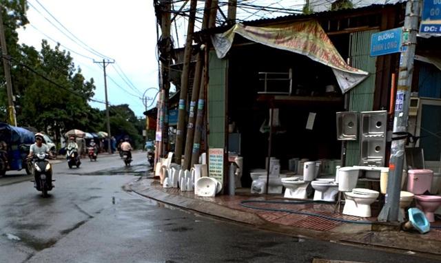 Dọc tuyến đường Bình Long, đoạn qua nghĩa trang Bình Hưng Hòa có thể dễ dàng nhìn thấy nhiều cửa hàng bán đồ cũ