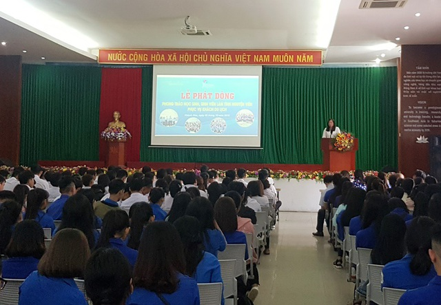 """Quang cảnh lễ phát động """"Sinh viên làm tình nguyện viên hỗ trợ khách du lịch"""" năm 2018 tại Khánh Hòa"""