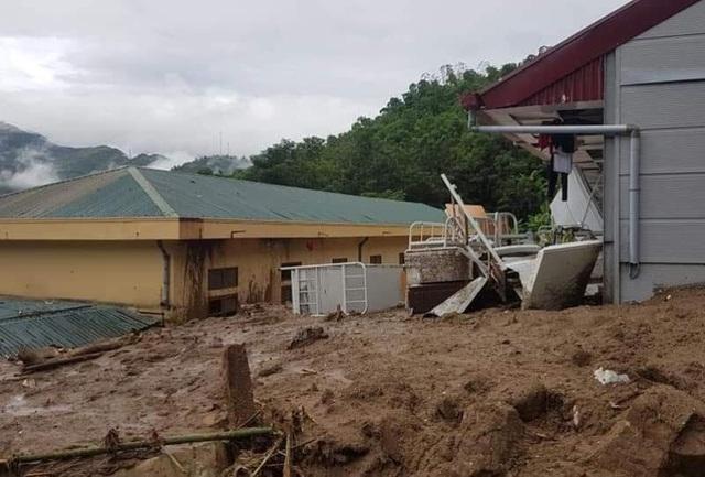 Nhiều công trình bị mưa lũ tàn phá.