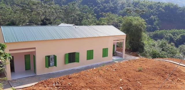 Để sửa phòng học này, đơn vị thi công đã phải xúc toàn bộ lớp đất nền, láng sân xi măng sạch sẽ