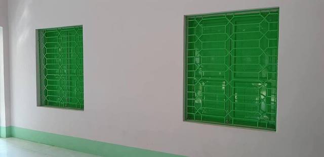 Khung nan cửa sổ và cửa sắt đều được làm mới, sơn bóng sạch sẽ