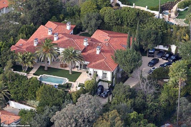 Vợ chồng David - Victoria Beckham đang rao bán ngôi nhà sang trọng ở Beverly Hills, Mỹ với giá 33 triệu USD. Cặp đôi nổi tiếng mua ngôi nhà này vào năm 2007 với giá 22 triệu USD. Dinh thự xa hoa của họ có 6 phòng ngủ và 9 phòng tắm.