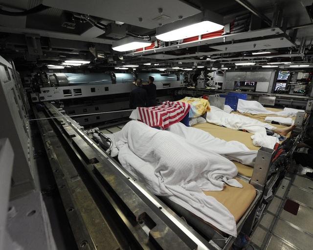 Giường nằm của một số thủy thủ dưới khu vực phóng hỏa lực.