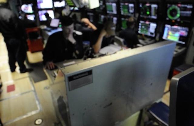 Khu vực điều khiển của tàu. Bức ảnh này được làm mờ có chủ đích vì lý do bảo đảm an ninh, không làm lộ thông tin mật. Bộ phận quản lý hệ thống sonar nằm ở phía trên, bên phải, trong khi khu vực điều khiển hỏa lực nằm ở bên trái và bộ phân điều hướng nằm ở phía sau.