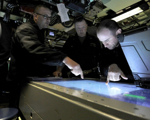 Một trong những điểm thú vị của hệ thống điều hướng trên tàu USS Virginia rằng Mỹ đã sử dụng các kính tiềm vọng tiên tiến bậc nhất được điều khiển bằng bộ tay cầm chơi điện tử Xbox 360. Đây là một cải tiến thú vị nhằm giúp tiết kiệm chi phí cũng như giúp các quân nhân trẻ nhanh chóng làm quen với hệ thống điều khiển mới.
