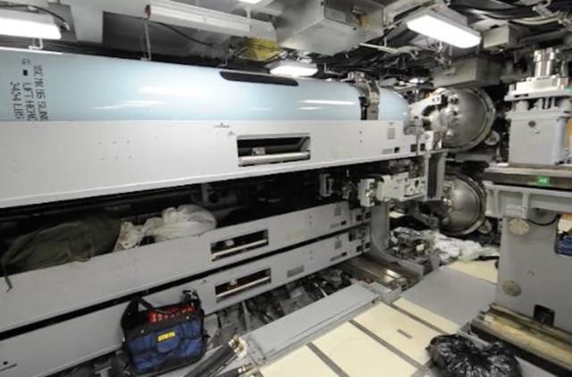 Khu vực ngư lôi trên USS Indiana. Tàu ngầm này được trang bị ngư lôi Mark 48 nặng 0,9 tấn mỗi quả. Ngư lôi này có thể di chuyển với tốc độ 80km/h tấn công mục tiêu. Mark 48 là một trong những ngư lôi có mạnh mẽ nhất trên thế giới.