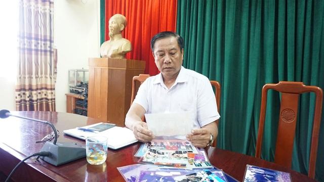 Ông Lê Tuấn Minh xem lại những tấm hình nguyên Tổng Bí thư Đỗ Mười về xã Đông Mỹ.