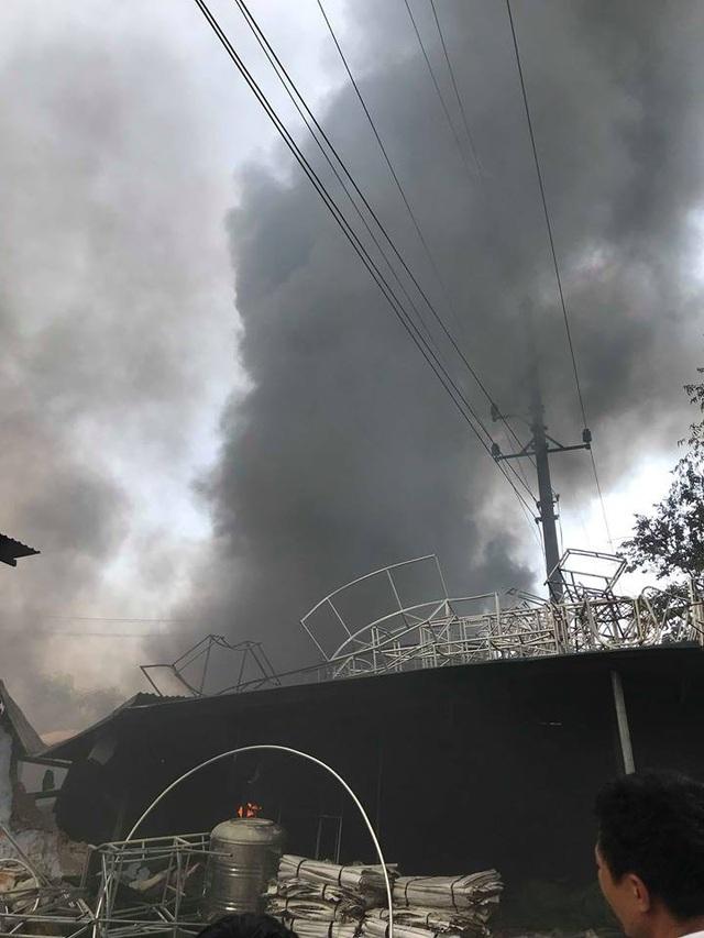 Cột khói bốc cao hàng trăm mét.