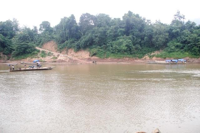 Sông Sê Pôn - biên giới giữa Việt Nam và Lào, một số đối tượng lợi dụng để vận chuyển hàng hóa.