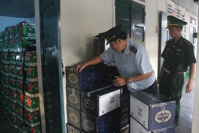 Cơ quan chức năng bắt giữ lượng lớn hàng lậu với hàng trăm chai rượu ngoại.