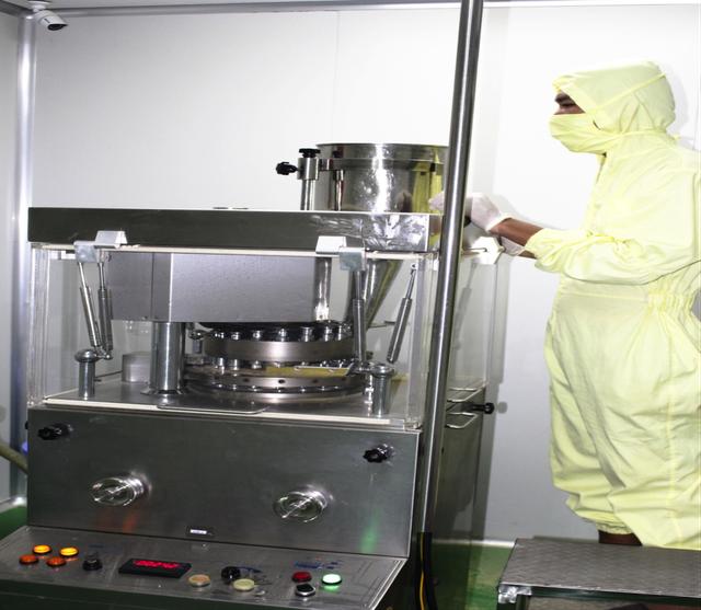 Dây chuyền chiết xuất đảm bảo chiết xuất đủ 39 hợp chất quý giá (trong số 52 hợp chất được chiết xuất từ toàn bộ cây cúc lục lăng) trong đó hợp chất chính là kháng sinh thực vật