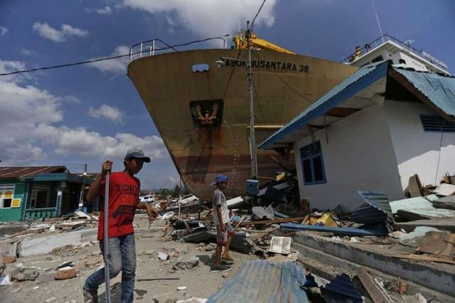 Chiếc phà dài 65m nảy lên như một quả bóng khi động đất kéo theo sóng thần xảy ra ở Sulawesi. (Ảnh: AP)