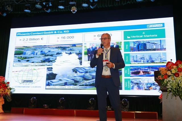 """Diễn giả Frank Knafla, Tập đoàn Phoenix Contact, CHLB Đức trao đổi nghiên cứu về """"Sự thay đổi của công nghệ cơ khí trong cách mạng công nghiệp 4.0""""."""