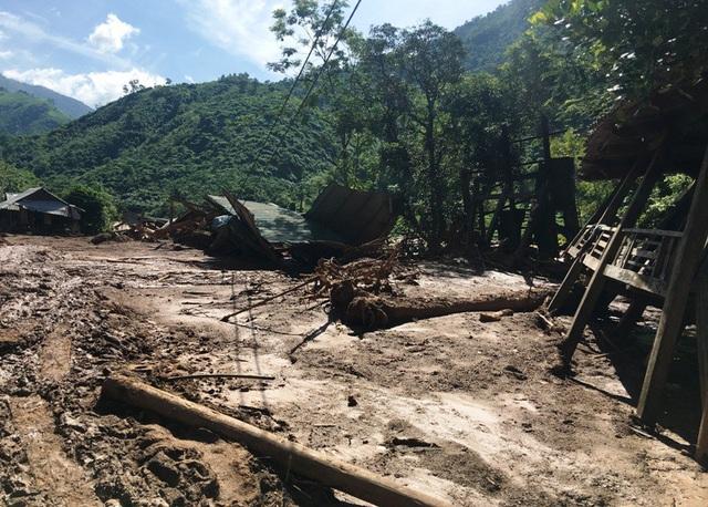 Nhiều bản làng gần như bị xóa sổ.