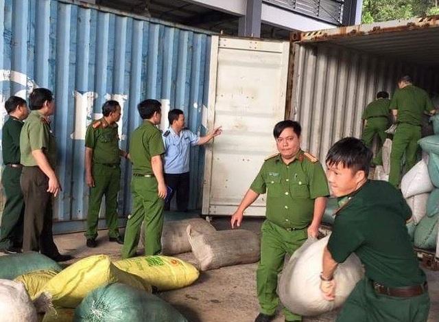 Các lực lượng chức năng vừa phối hợp kiểm tra, phát hiện một container có khối lượng lớn ngà voi, vảy tê tê nhập từ Nigeria về cảng Tiên Sa, Đà Nẵng