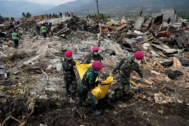 Số người thiệt mạng do động đất, sóng thần ở Indonesia liên tục tăng. (Ảnh: Reuters)