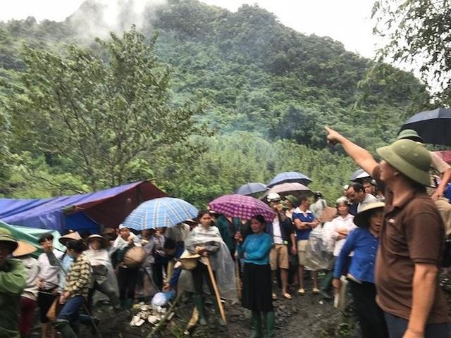 Sáng 27/9, hàng trăm người dân đã có mặt trên núi Nà Kèn để phản đối doanh nghiệp thăm dò khai thác khoáng sản (Ảnh: Tiền Phong)
