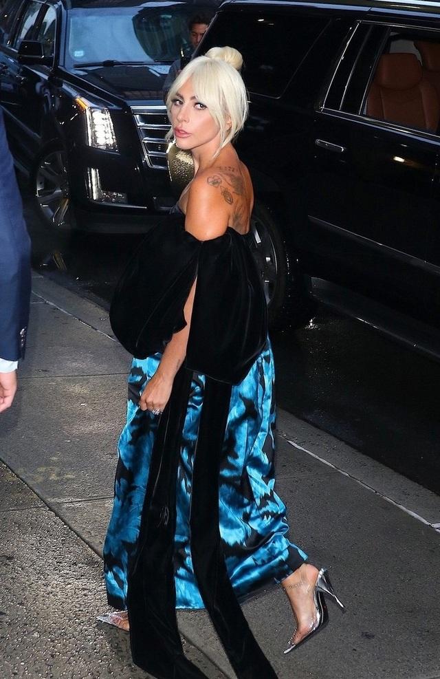 Lady Gaga chọn một chiếc váy cách điệu khoe bờ vai trần quyến rũ. Chiếc váy làm tôn lên vẻ dịu dàng, lịch thiệp của cô.