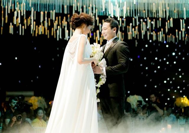 Khoảnh khắc ngượng ngùng nhưng tràn ngập hạnh phúc khi được nắm tay người đàn ông của mình, chính thức diễn ra lễ cưới trong sự chúc phúc của gia đình và bạn bè.