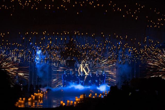 Không gian tiệc cưới được trang trí lộng lẫy, đẹp như mơ với hàng ngàn ánh nến trên cao cùng với pha lê lấp lánh tạo nên không gian huyền ảo, gây choáng ngợp cho khách mời có mặt trong lễ cưới.