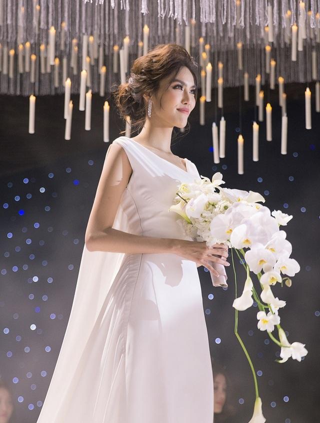 Người đẹp diện chiếc váy trắng thướt tha và kín đáo nhưng vô cùng quyến rũ và thu hút.