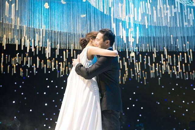 Cô dâu - chú rể ôm nhau hạnh phúc, khoảnh khắc hạnh phúc này, Lan Khuê đã xúc động đến bật khóc