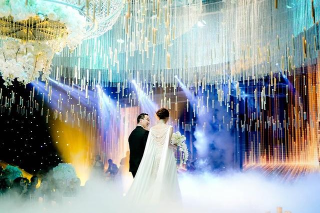 Chồng của Lan Khuê dìu cô lên lễ đường với ánh mắt luôn tràn ngập hạnh phúc khi nhìn vợ