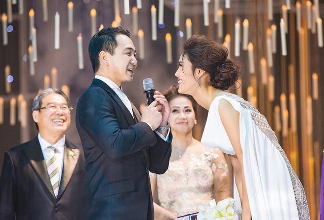 Trước đó, John Tuấn Nguyễn đã khóc khi thấy cô dâu xuất hiện trên sân khấu. Anh tiết lộ: Từ sáng đến giờ tôi rất hồi hộp. Tôi biết vợ tôi sẽ rất hoàn hảo đêm nay.