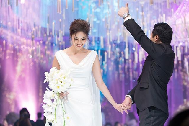 Hai vợ chồng cảm ơn gia đình, khách mời đã đến chúc mừng và chia vui trong ngày vui của mình.