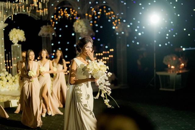 Thế nhưng đến giờ diễn ra hôn lễ, từ ngoài đi lên sân khấu tiệc cưới Lan Khuê vô cùng xúc động.