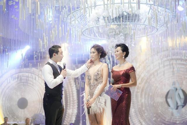 MC Nguyễn Cao Kỳ Duyên làm MC trong đám cưới của cặp đôi, chú rể dành cho cô dâu sự quan tâm và yêu thương