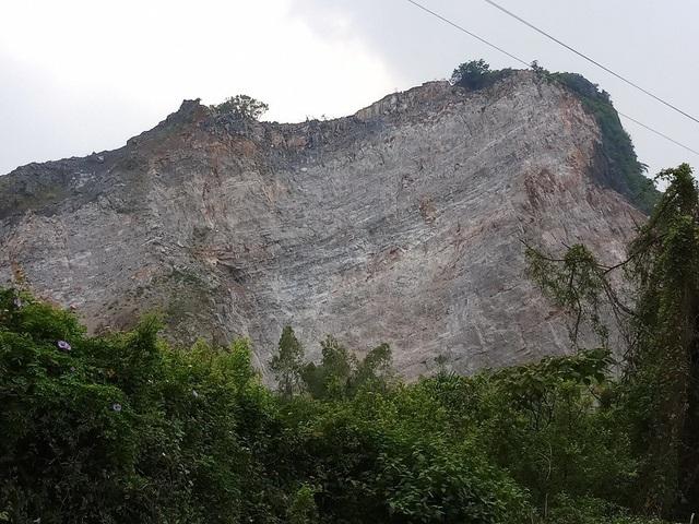 Một trong những nguyên nhân dẫn đến nguy cơ mất an toàn lao động là do kỹ thuật và phương pháp khai thác tại mỏ đá.