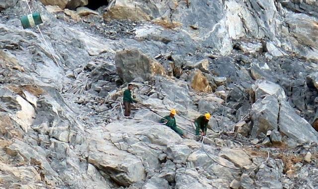 Công tác bảo hộ sơ sài của một nhóm công nhân đang khoan nhồi mìn tại mỏ đá