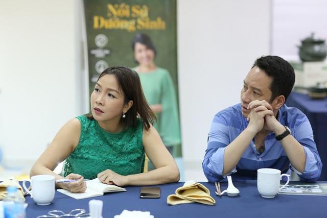 Mỹ Linh và chồng - nhạc sỹ Anh Quân tham dự buổi chia sẻ của ông Lý Ngọc Minh